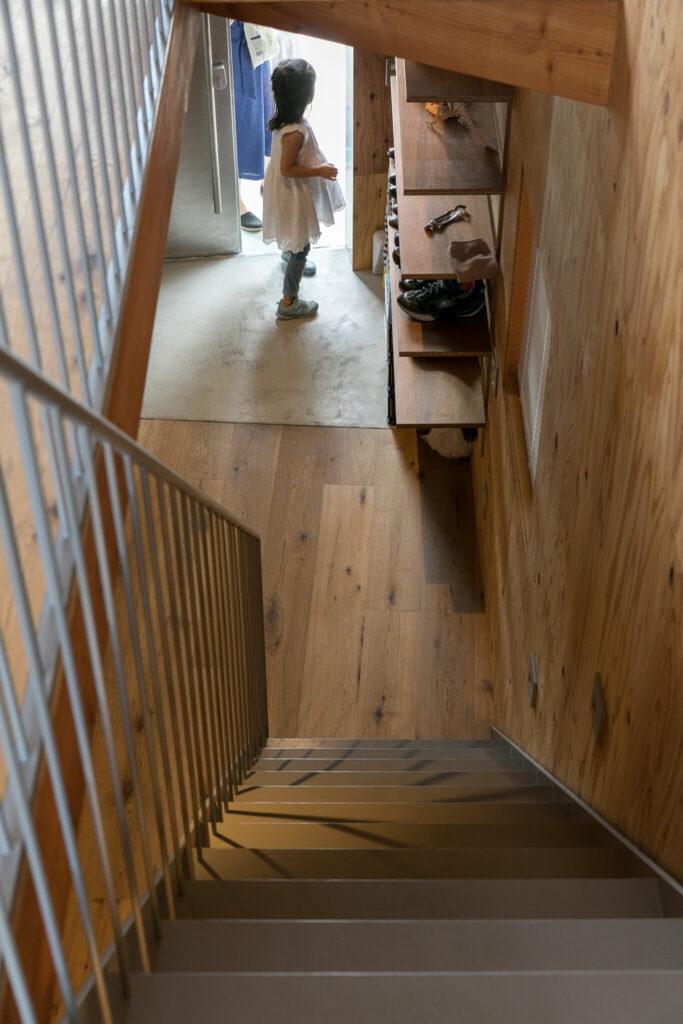 2階から玄関を見下ろす。