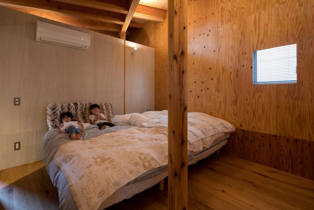 福田邸の窓は、室内からサッシ枠が見えず、壁の中に埋め込まれているようなデザイン。現在主寝室として使っているこの部屋は、子どもの個室を2つ作れるように考えられている。
