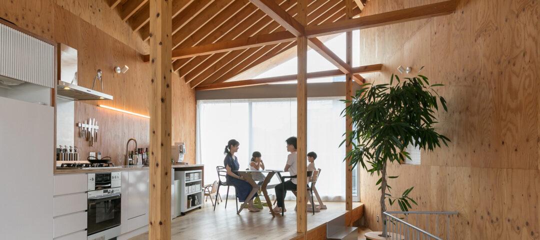 天井高5メートルの大開口 斜めに架かった天井の棟木。 シンプルかつ大胆なデザインの家