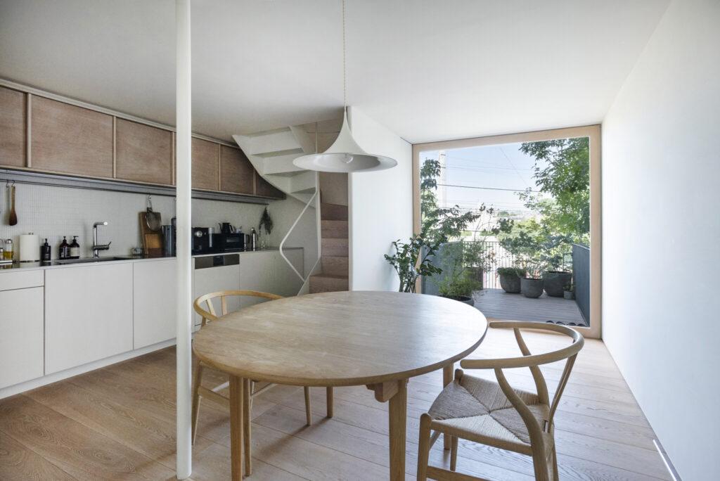1階のダイニングキッチンは16畳ほど。テラスまで一続きでさらに広く感じられる。天井と壁はすべて珪藻土を採用。