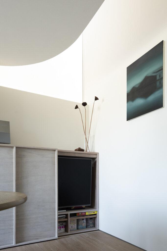 生活感やスケール感の出るテレビは引き戸を閉めて隠して収納。幻想的な空間を盛り上げているのが現代アーティスト・永原トミヒロ氏の絵画で、創さんのお気に入り。青柳邸のインテリアには欠かせない存在。