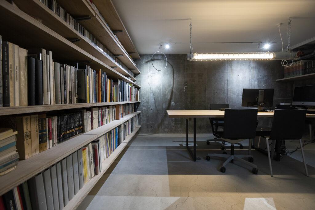 玄関から階段を下りると、綾夏さんが主宰する設計事務所のアトリエへ。コンクリート打ちっぱなしの無機質な空間は、「仕事に集中できます」と綾夏さん。