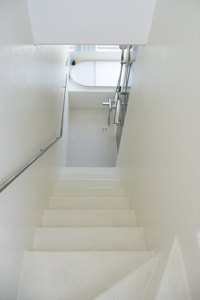 FRPを使用したバスルームは階段まで防水になっていて、洗い場として使用可能。階段を上がると屋上へ。