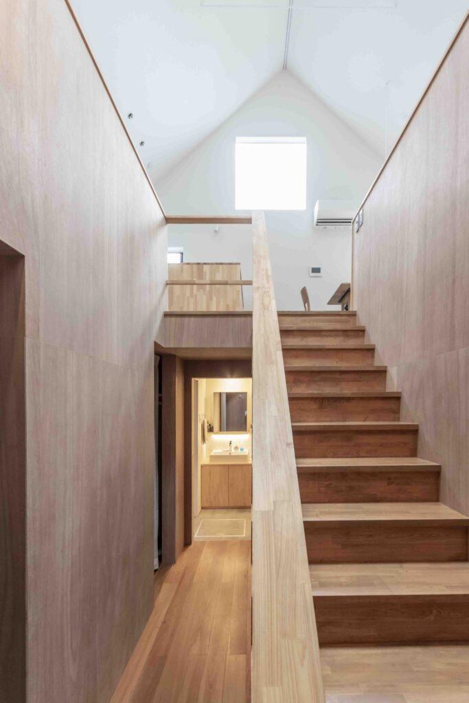 2階との距離を近く感じられるように、1階の天井は低めに設定。「天井の高低差による雰囲気の変化も意識しています」と井上さん。