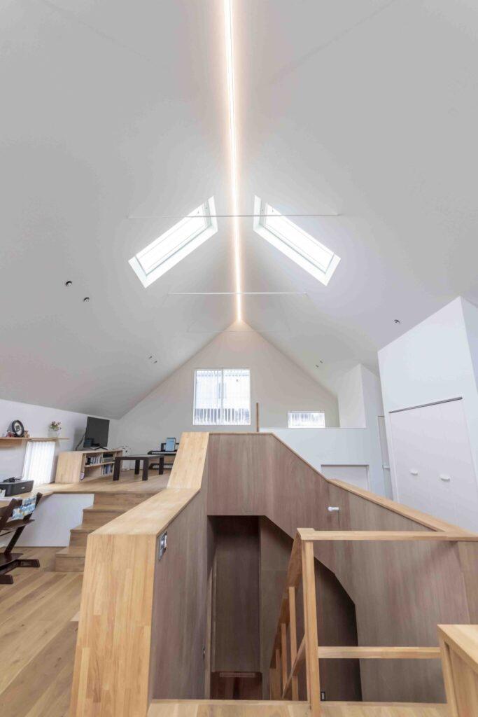 天井にはLEDのライン照明を採用。柔らかな光が心地よい空間を演出する。