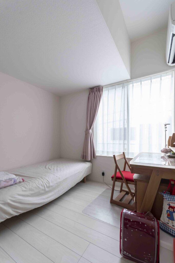 長女の部屋は薄いピンク色の壁紙を採用。