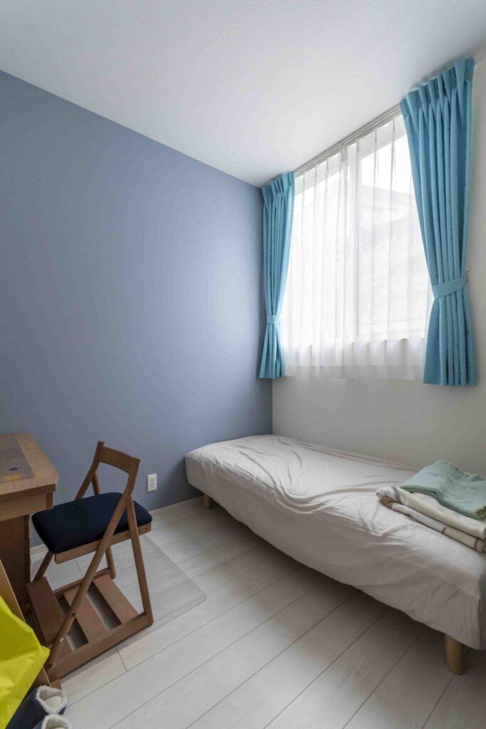 長男の部屋には青色の壁紙を採用。採光を考慮して窓は高い位置に設置。
