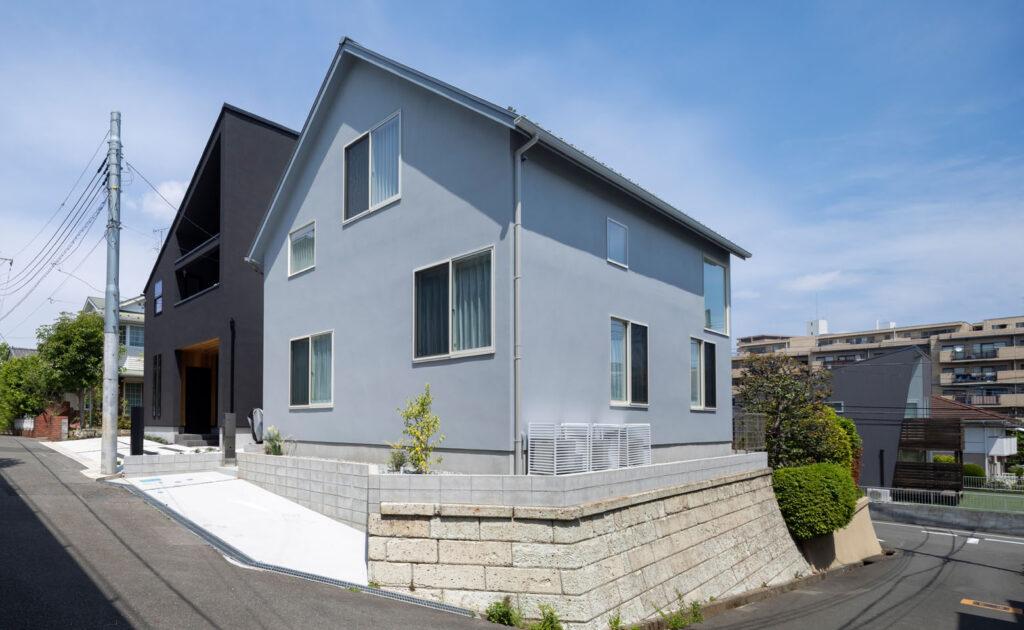 三角の切妻屋根が印象的なT邸外観。