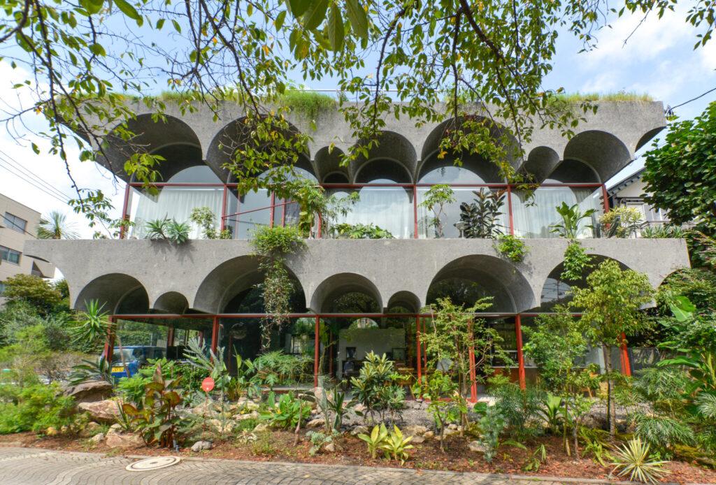 ヴォールトの形状がそのまま特徴的な外観デザインとなっている鶴岡邸。コンクリートは洗い出し仕上げで表面には細骨材が見える。経年変化で価値が下がるのでなく汚れや風化などにより時間が刻み込まれることで価値が上がるような建築を目指した。