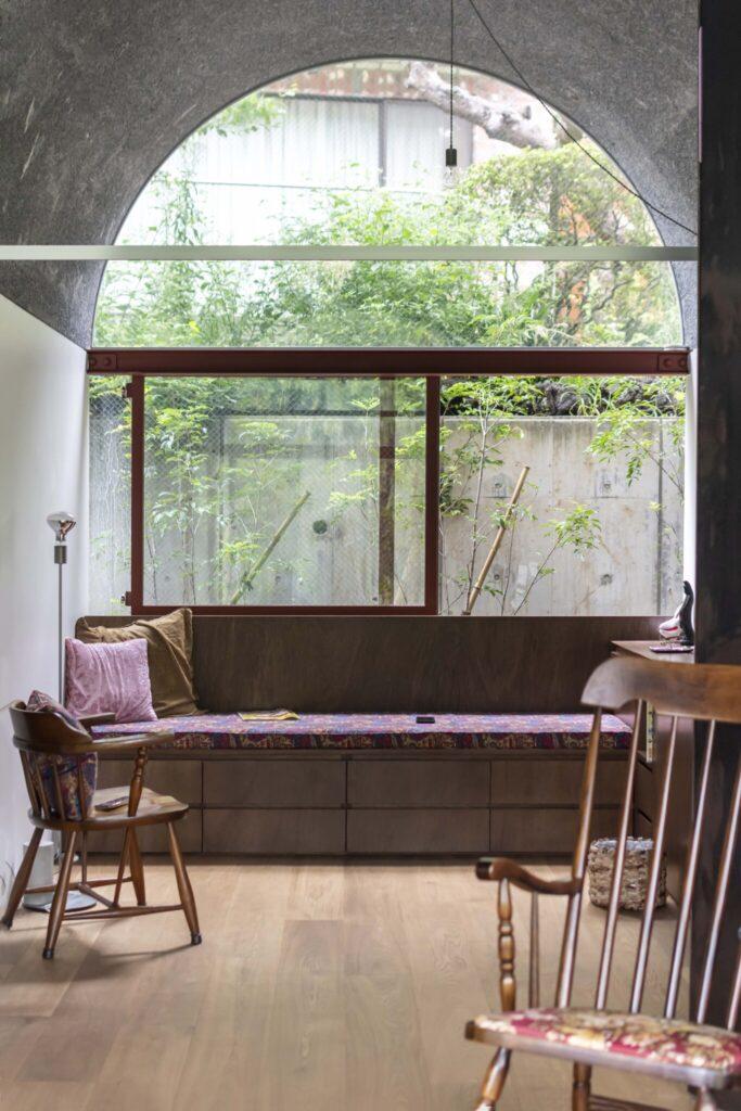 家のいちばん奥側に造り付けられた木製のベンチ。