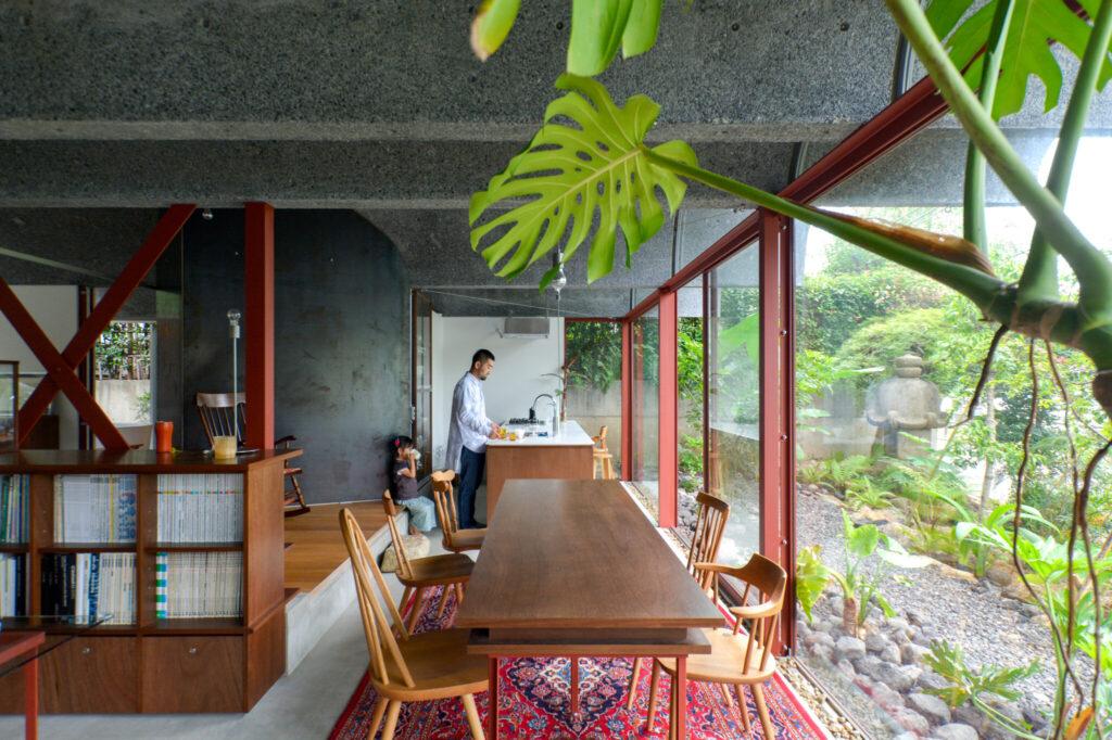 ダイニングとキッチンを見る。キッチンの左の黒いスチールの壁の裏に雨水を地面まで落とすパイプが通っている。窓にカーテンは付けていないが、Pコンにボルトでカーテンレールを取り付ければカーテンありの生活も可能だ。