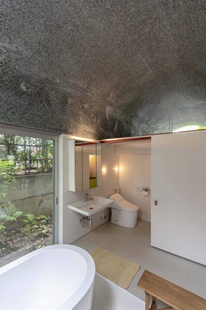 この天井の下にはバス、トイレ、キッチンなどの水回り関係が配置されている。