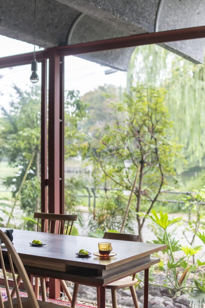 建築家仲間と飲み会をするとテーブルを囲むのではなくみな池に向かって座るという。
