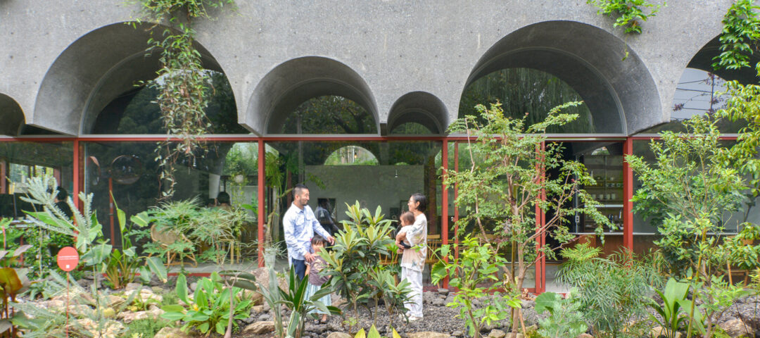 自然と向き合うヴォールト天井の家  植物や虫や動物たちと 境界なく暮らす