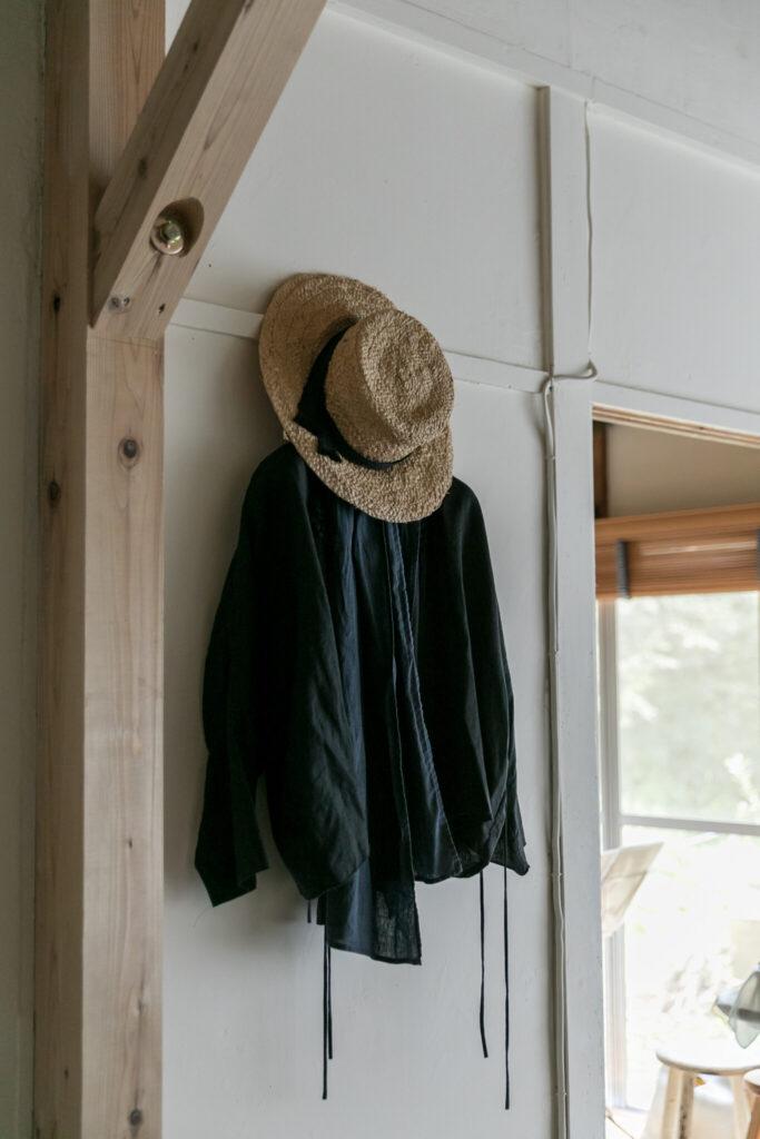 「庭に出る時は頭からストールを被って首の周りにぐるりと巻いて、その上から帽子を被ります。日焼けと、顔の周りで飛ぶ虫の防御です(笑)」