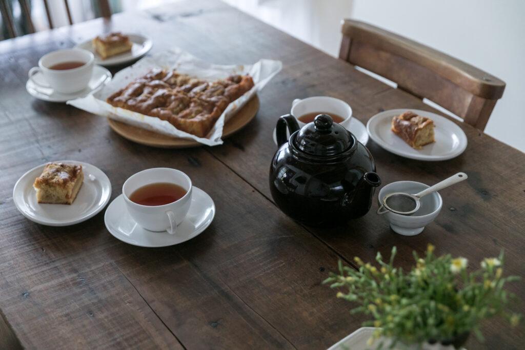 リンゴケーキをふるまっていただいた。「長年作り続けている長尾智子さんのレシピです」。ダイニングテーブルはアンティークのハーベストテーブル。