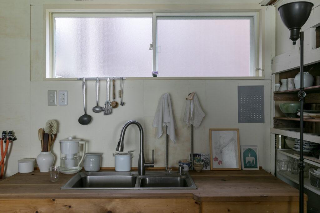 シンクと蛇口をネットで購入し、友人が作ってくれたキッチン。「右側にオーブンを置きたかったので天板に奥行きを出してもらったのですが、結局置かないことに……」