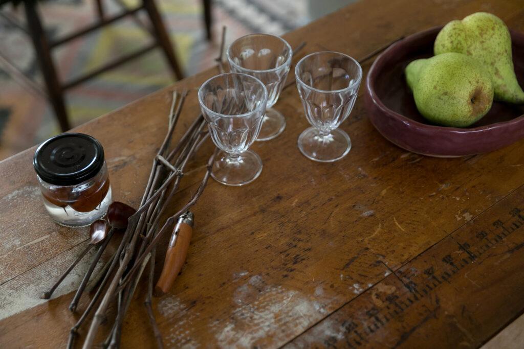 お皿を並べる時に重宝するキッチンの前の小さなテーブルは、目盛りの入ったアンティーク。