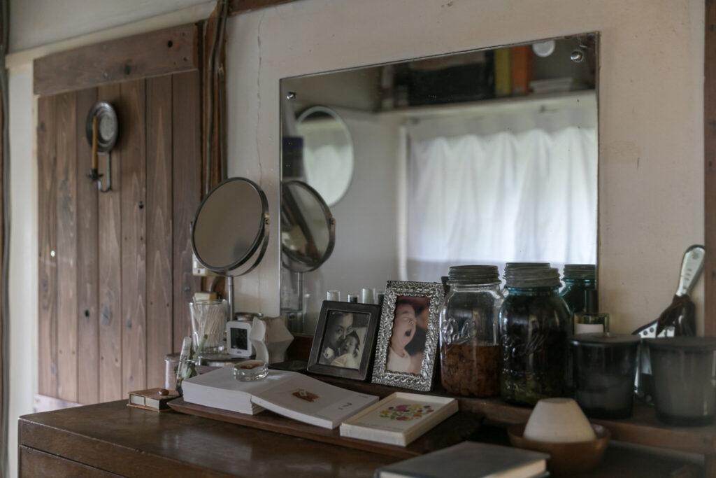洗面所近くの引き出しの上で身だしなみを整える。奥のトイレのドアも山下さんのDIY。