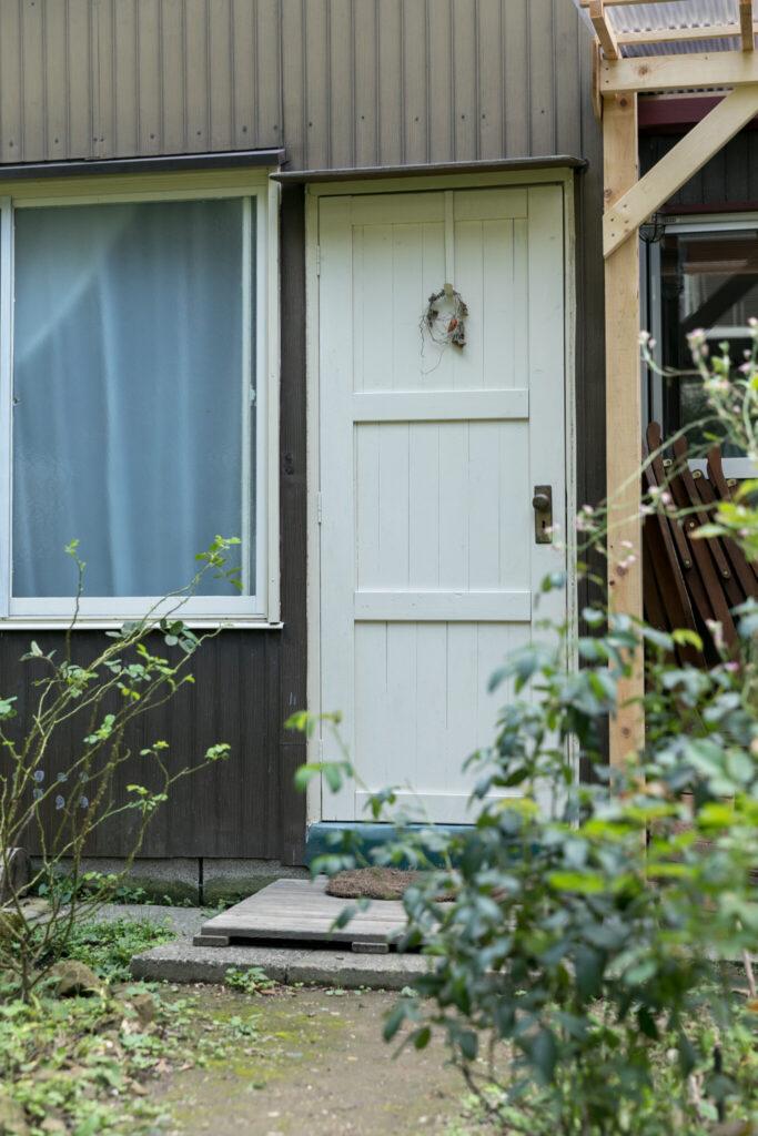 新しく作った玄関。「庭へのアクセスもよく、土間に直接出入りができる場所に作りました」