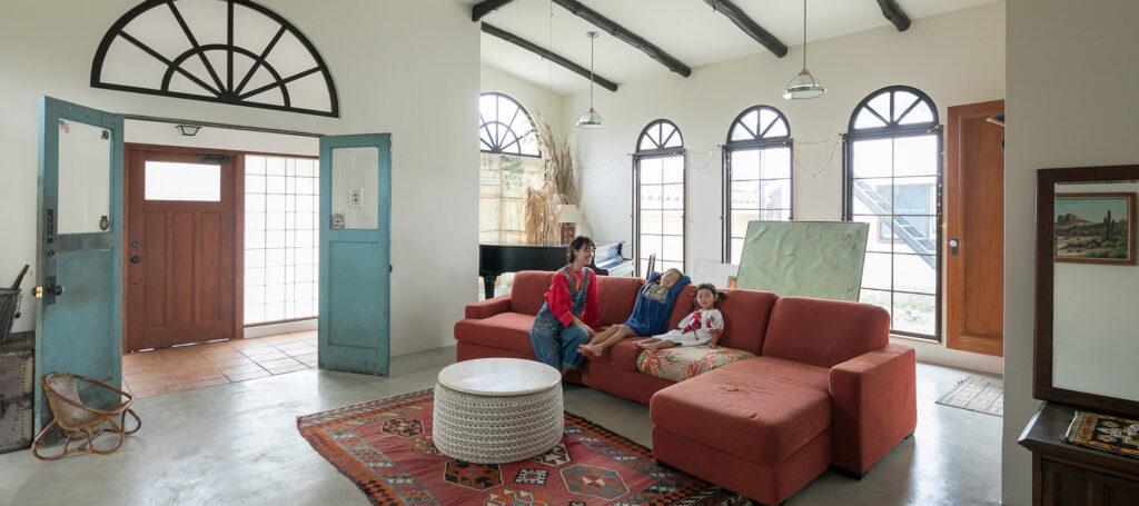 アメリカンスタイルのリノベ自然体で楽しく暮らす広い庭付きヴィンテージハウス